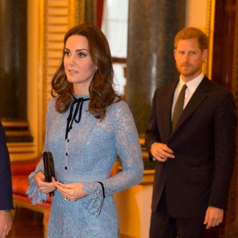 Herzogin Catherine und Prinz Harry 2017 bei einem Termin im Buckingham Palast