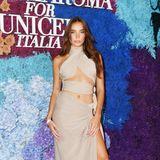 Ganz und gar nicht schief gewickelt zeigt sich Hana Cross bei der Gala auf Capri.