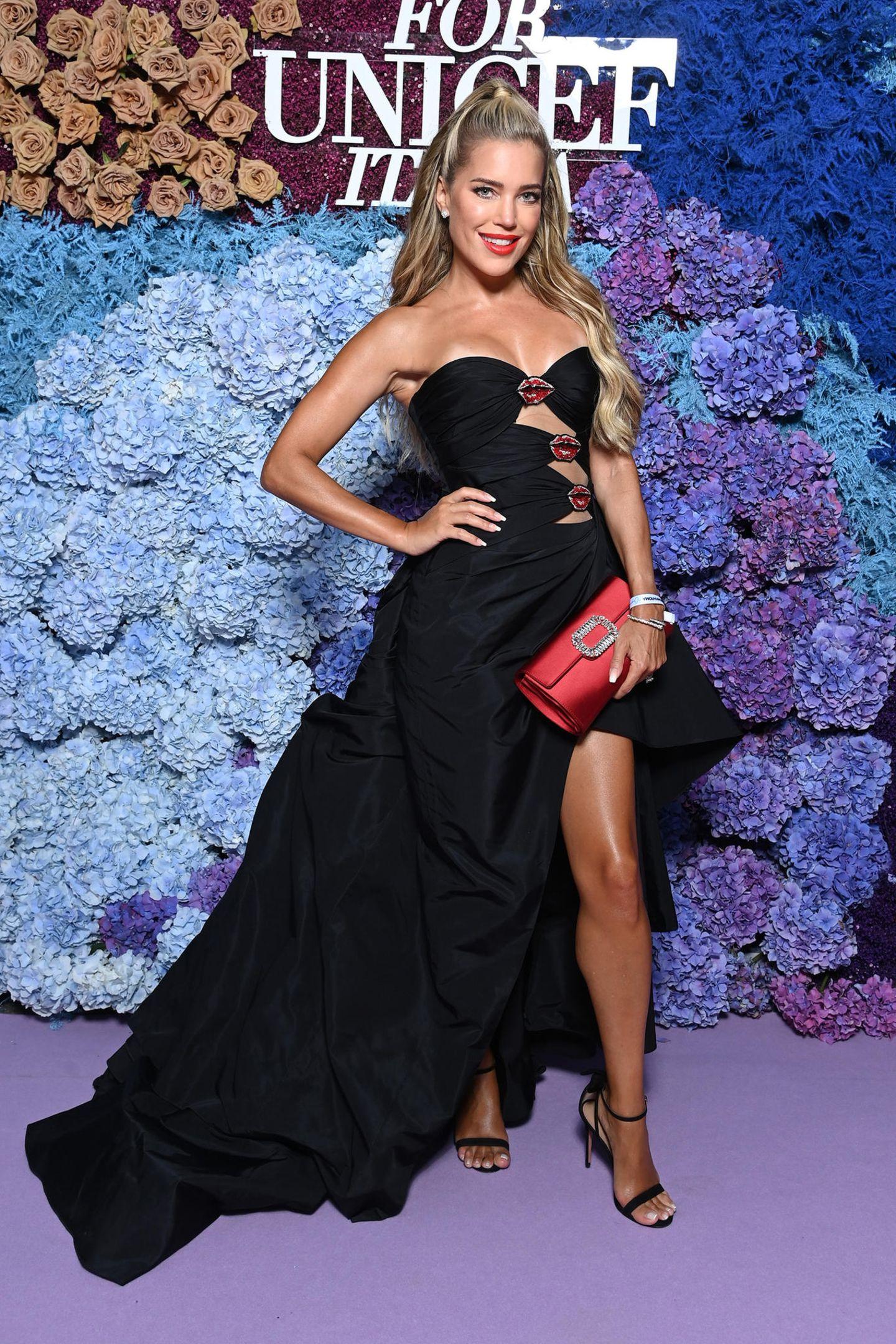"""Zum Knutschen schön ist Sylvie Meis' Gala-Look von Galia Lahav. Und die Kussmund-Details sind eine durchdachte Anspielung auf das Kunstwerk """"Der Kuss"""", das Sylvies Mann und Künstler Niclas Castello für die Charity-Gala gespendet hat. Für sage und schreibe 120.000 Euro ist """"The Kiss"""" für den guten Zweck versteigert worden."""