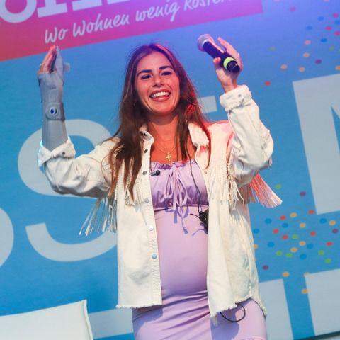 Sarah Engels performt auf einer Bühne.
