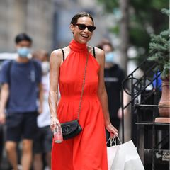 Dass Minnie Driver mal einem New Yorker Paparazzo vor die Linse läuft, passiert selten genug, wenn sie dann auch noch bestens gelauntin einem sommerlichen Neckholder in knalligem Rot und weißen Turnschuhen gesichtet wird, steigt auch bei uns die Stimmung.