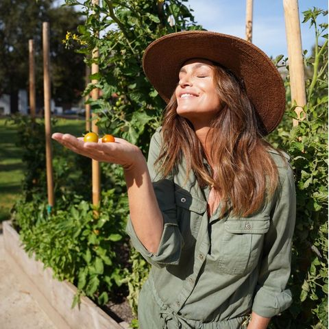 """""""Die ersten Tomaten der Saison!"""", präsentiert Cindy Crawford stolz ihren Instagram-Fans. Im grünen Overall und mit einem Sonnenhut auf dem Kopf durchforstet sie ihren Gemüsegarten nach dem erntereifen roten Gemüse. Den unverwechselbaren Duft frisch gepflückter Tomaten kann man förmlich durch das Foto riechen."""