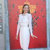 Mit Knoten-Details, Raffungen und Broschen ist der Chanel-Jumpsuit von Schauspielerin Margot Robbie auf dem roten Teppich der Filmpremiere ein echter Hingucker.