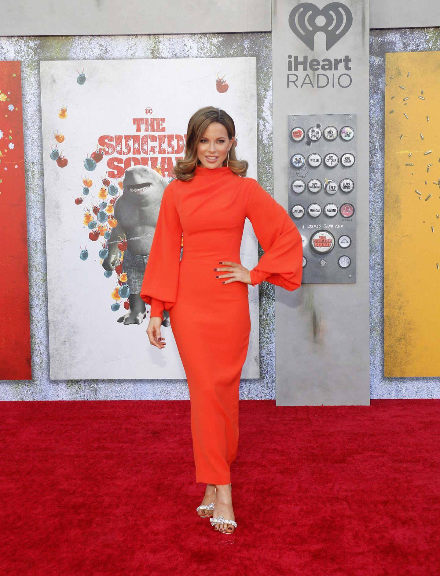 """Zur """"The Suicid Squad""""-Filmpremiere erscheint Kate Beckinsale in einem extravaganten Kleid von Rasario, das mit Ballonärmeln, hochgeschlossenen Kragen und taillierter Form punktet. IhreHaare hat die Schauspielerin in den Spitzen schwungvoll nach außen föhnen lassen."""