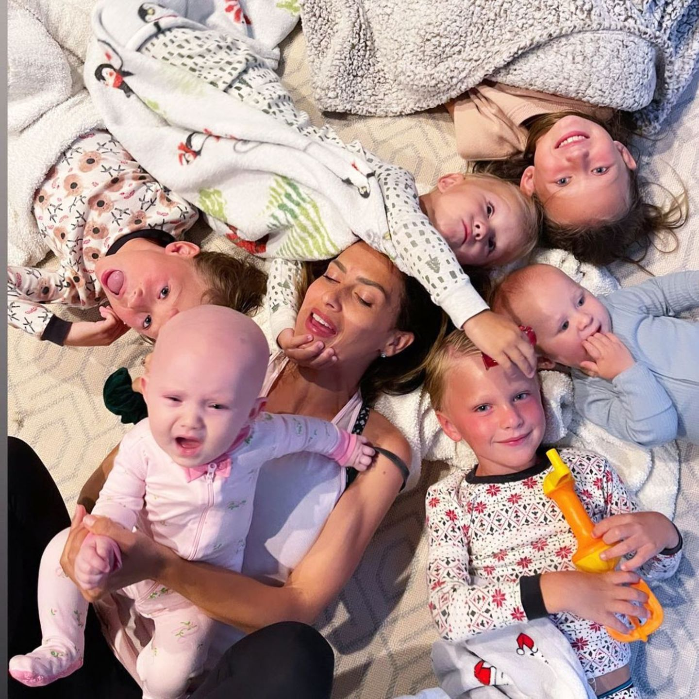 """Sechs Kinder gleichzeitig zumSchlafen zu bringen, ist gar nicht so leicht. Hilaria Baldwin gibt einen Einblick in die Gute-Nacht-Zeit der Familie und postet ein Foto ihrer süßen Rasselbande auf Instagram. """"MeinBaldwinito-Abend-Chaos"""", kommentiert die stolze Mama dazu und kuschelt sich zu ihren noch hellwachen Kids."""