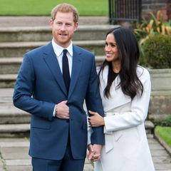 27. November 2017  Überglücklich verkündet Prinz Harry der ganzen Weltseine Verlobung mit der US-Schauspielerin Meghan Markle – die spätere Herzogin von Sussex. Im Sunken Garden am Kensington Palast gibt es die ersten offiziellen Fotos der zwei Verlobten und schon da fällt auf: Meghan hat ihren Harry fest im Griff. Ihre Händehaben sie während der Verkündung ineinander verschlungen. Noch dazu legt Harrys große Liebe ihre andere Hand behutsam auf seinen Unterarm. Eine besondere Art des Händchenhaltens, die bei dem Paar auch noch Jahre später zu beobachten ist.