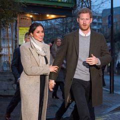 9. Januar 2018  Im Londoner Stadtteil Brixton werden Prinz Harry und seine Verlobte Meghan beim Verlassen des Radiosenders Reprezent 107.3FM gesichtet. Wieder hält sie dabei Hand und Unterarm ihres zukünftigenMannes fest, der energischen Schrittes voranschreitet.