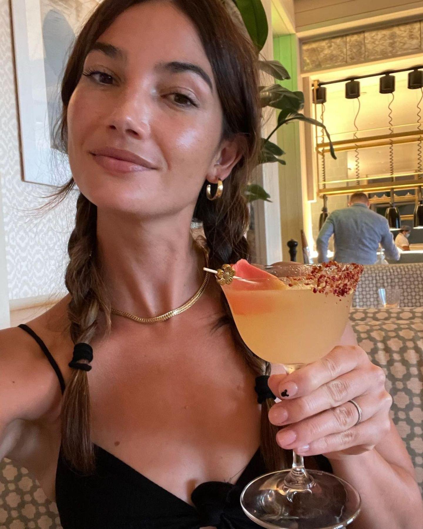 """Prost! Topmodel Lily Aldridge stößtauf den Abend an undgenießt ihren fruchtigen Drink in vollen Zügen. Der ehemalige """"Victoria's Secret""""-Engel freut sich auf ein Konzert der BandKings of Leon und vor allem auf Frontmann und EhemannCaleb Followill. Das kann doch nur ein schöner Abend werden!"""