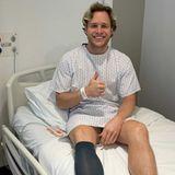 """Autsch! Olly Murs bekommt für sein wildes Herumhüpfen auf der Bühne die Quittung! Der britische Sänger hat sich bei einem Auftritt so schwer verletzt, dass er ins Krankenhaus eingeliefert und dort sogar operiert werden musste. Was ihm passiert ist? Durch sein wildes Herumhüpfen hatte sich ein Knochensplitter, der in seinem Knie gesteckt hatte, in seiner Kniekehle festgesetzt. Auf Instagram meldete er sich live aus dem Krankenhaus. """"Ich hatte gerade eine Operation an meinem linken Bein"""", erklärt der """"Troublemaker""""-Interpret."""