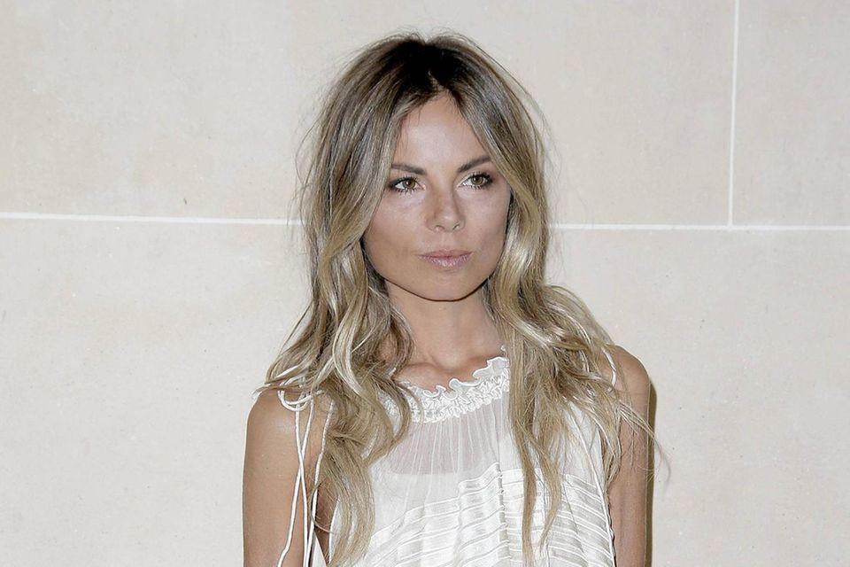 Model Erica Pelosini entledigte sich beim Bootsausflug mit Jack Brooksbank vor Capri ihres Bikinioberteils.
