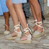 Beim Thema Schuhe sind sich die Prinzessinnen hingegen wieder einig. Sandfarbene Espadrilles mit Mini-Keilabsatz von Macarena (rund 80 Euro) unterstreichen ihre sommerlichen Looks.