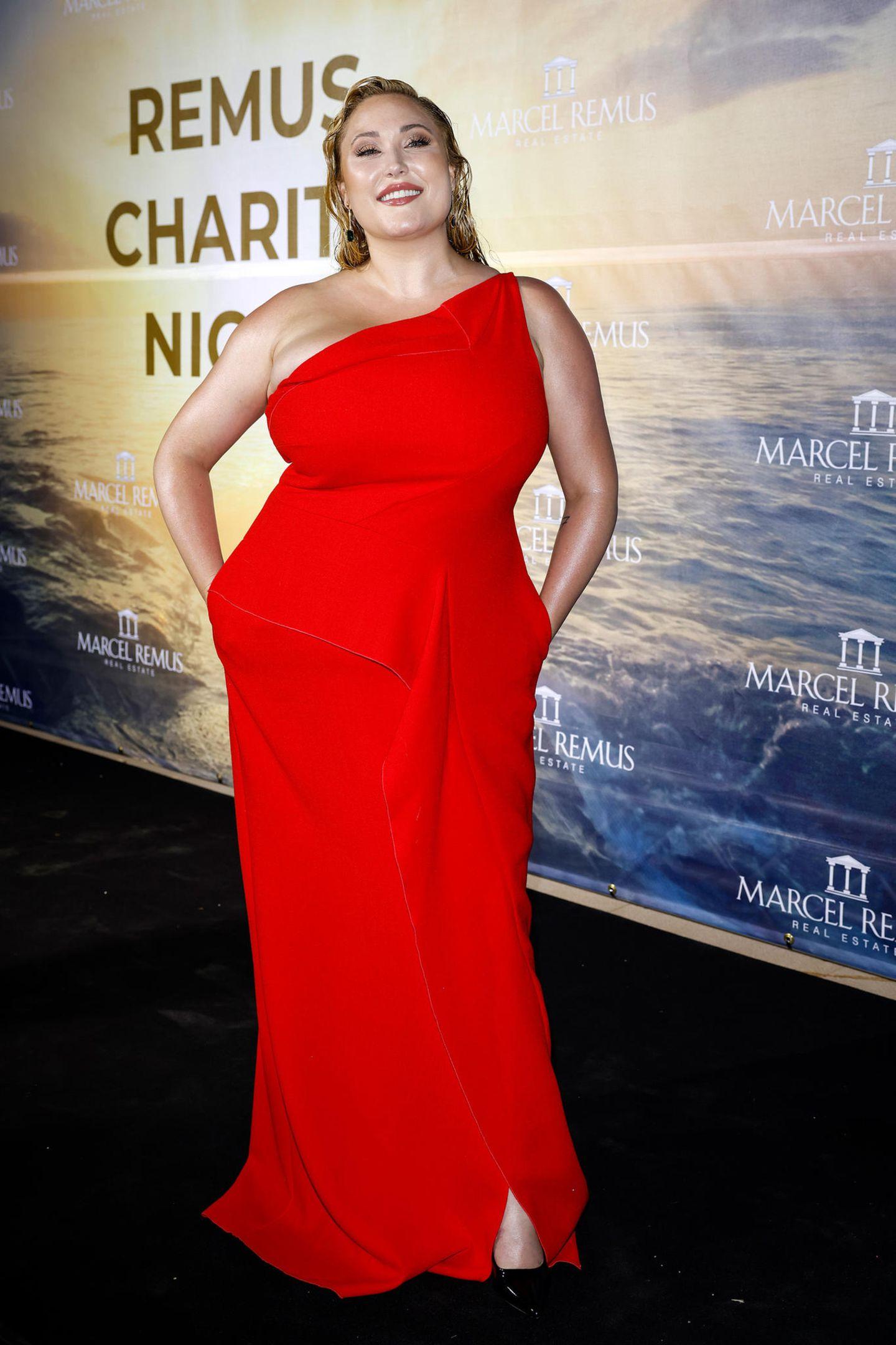 Hayley Amber Hasselhoff bezaubert die Partygäste auf Mallorca im stylisch-eleganten One-Shoulder-Look.