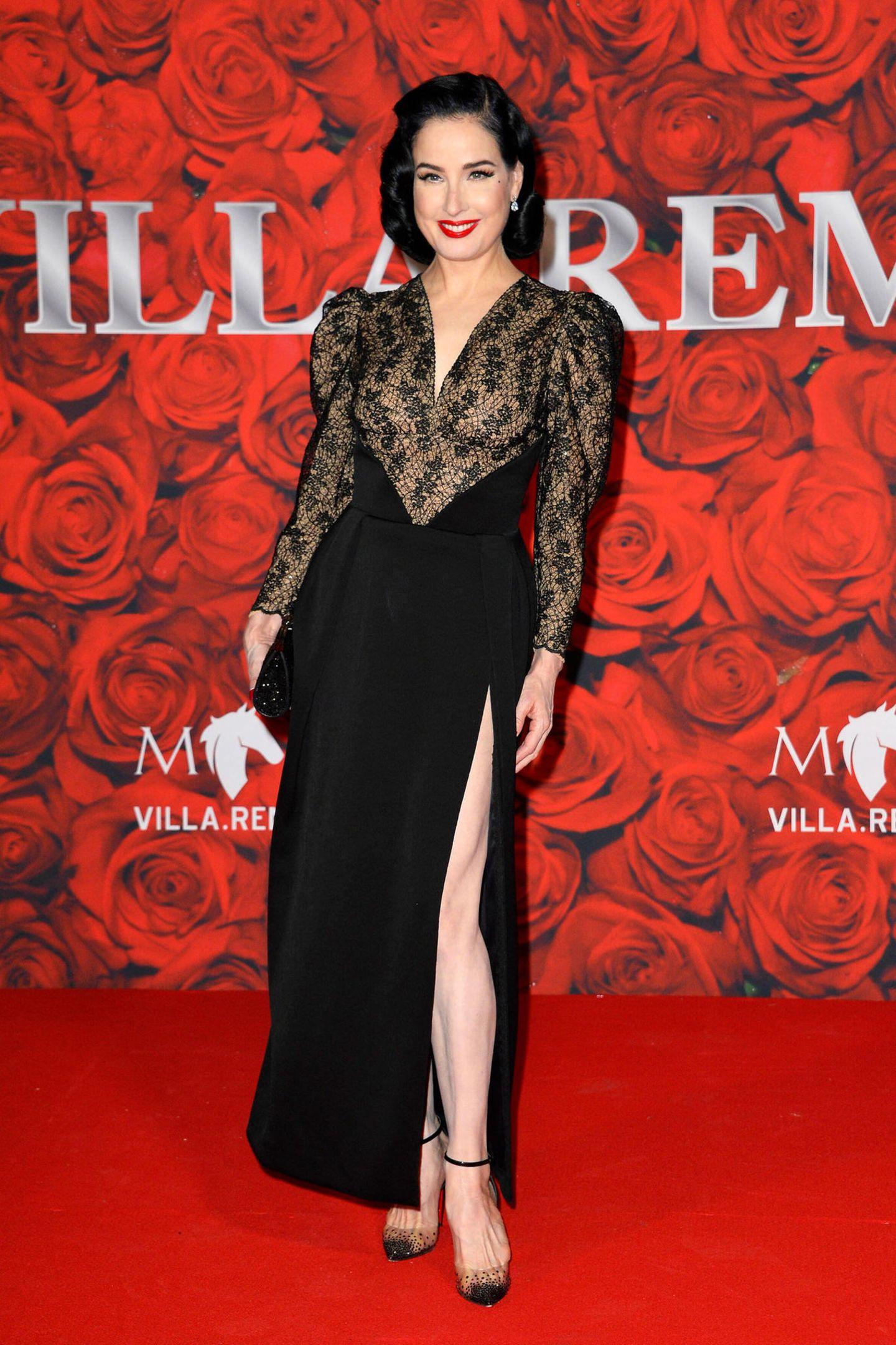 """Bei derEröffnung der """"Villa Remus"""" auf Mallorca feiern Stars wie Dita Von Teese, die in ihrem Spitzen-Look in Schwarz wie üblich hinreißend aussieht."""