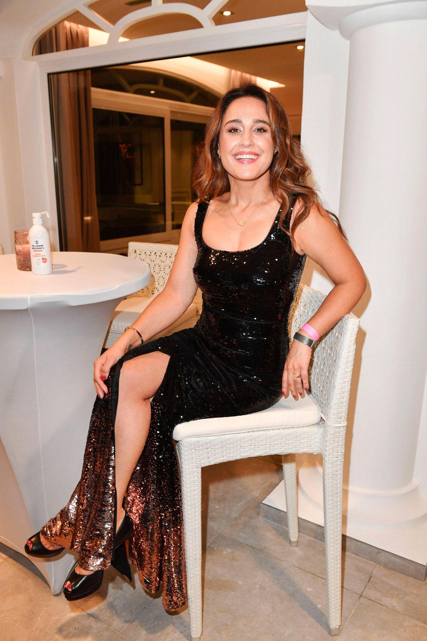 Nina Moghaddam glitzert mit ihrem Glamour-Look sogar im Sitzen.