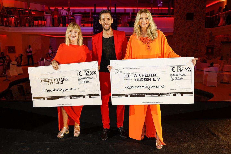 """Bei der """"Remus Charity Night"""" konnten in diesem Jahr 64.000 Euro gesammelt werden, die zu gleichen Teilen an die """"Stiftung RTL – Wir helfen Kindern e.V."""" und die """"Tribute to Bambi Stiftung"""" weitergegeben werden können. Das freut nicht nur den Gastgeber selbst, sonder auchPatricia Riekel und Frauke Ludowig, die sich beide in sommerlich-leichten Tunika-Looks zeigen."""