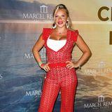 Im roten Spitzen-Jumpsuit präsentiert sich Evelyn Burdecki ganz lässig in der Villa Remus.