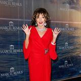 Sogar Hollywood-Legende Joan Collins zeigt sich bestens gelaunt und natürlich in Rot bei der Charity Night in Palma de Mallorca.