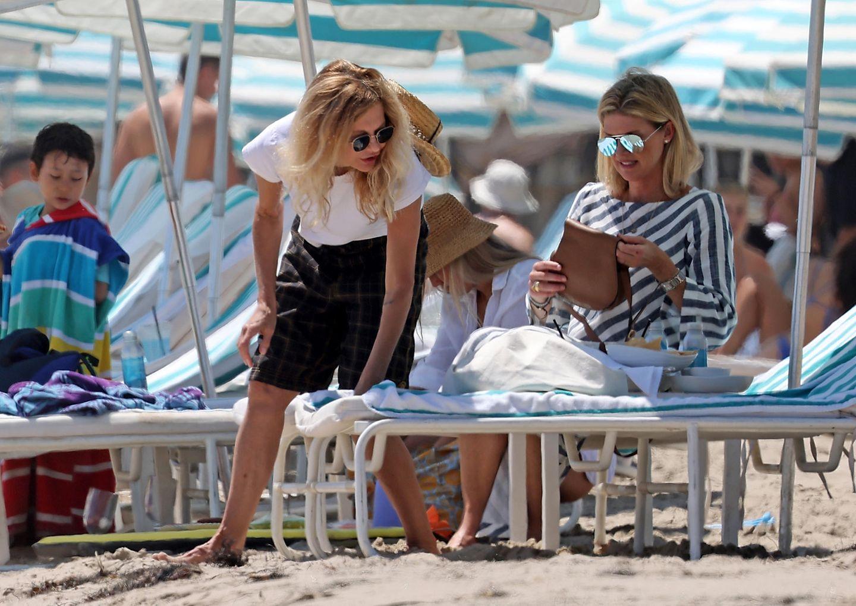 Es ist schon alles nicht so einfach: Am Strand von Santa Barbara hievt Meg Ryan eine Strandliege hin und her und scheint alles andere als begeistert zu sein. Während ihre Freundin schon längst auf ihrem Strandbett platzgenommen hat und so langsam beginnt, abzuschalten, justiert der Hollywood-Star eisen weiter an der perfekten Position fürs Sonnenbaden – daran scheint auch die Premiumlage der Liegen nichts zu ändern.