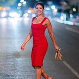 Gina Rodriguez lächelt beim Überqueren der Straße in die Kameras der Fotografen.