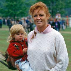 Herzogin Fergie hält ihre Tochter Beatrice auf dem Arm.