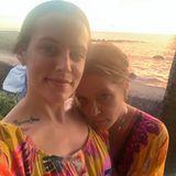 Ein Bild mit Seltenheitswert:Riley Keogh postet auf ihrem Instagram-Kanal ein Selfie, das sie an der Seite ihrer Mama Lisa Marie Presley zeigt. Mutter und Tochtertragen auf dem Foto fast identische Outfits. Beide scheinen es bunt und ausgelassen zu lieben. In ihren legeren Batik-Kleidern im Hippie-Look genießen sie einen innigen Moment am Meer. Da könnte man fast neidisch werden.
