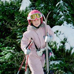 1997  In den Neunzigern sind Bauchtaschen groß in Mode. Beatrice trägt ihr ledernes Exemplar beim alljährlichen Urlaub im Schweizer Skiiort Verbier überm rosafarbenen Schneeanzug.