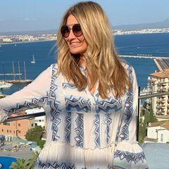 Bei den heißen Sommer-Temperaturen auf Mallorca hilft nur einluftiges Tunika-Kled, das weiß auch Frauke Ludowig. Das weiß-blaueDress im Boho-Look ist jedenfalls die perfekte Wahl für ihren Urlaub.