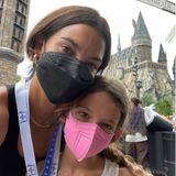 """Harry Potter bekommt Besuch! Und zwar von Topmodel Lily Aldridge und ihrer Tochter Dixie, die einen tollen Tag in den Universal Studios in Orlando Florida verbringen, wo sie Hogwarts und das """"Dorf"""" Hogsmeade besuchen."""