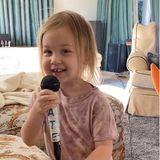 Zum Dahinschmelzen ist das Ständchen, das Rani ihrer Mama Kate Hudson ins Mikrofon singt, und für ihre Instagram-Fans hat der Hollywood-Star diesen süßen Moment auf Video festgehalten.