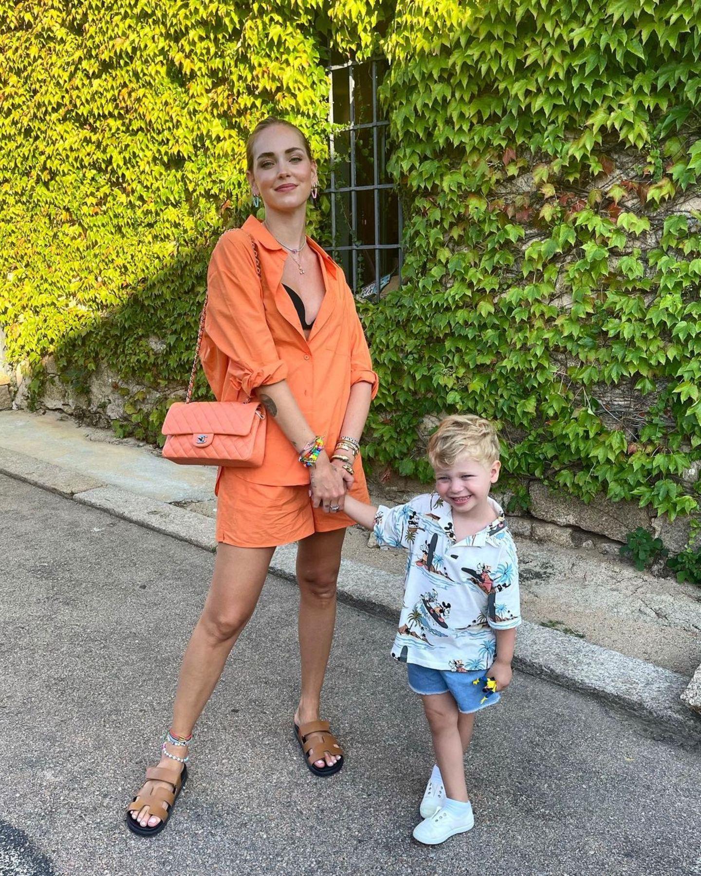 Der Apfel fällt hier definitiv nicht weit vom Stamm. Leo, der kleine Sohn von Chiara Ferragni, bietet nicht nur einen süßen Anblick dank seines Outfits bestehend aus Jeansshorts und Hawaiihemd, auch in Sachen Posing steht er seiner Mama in nichts nach.