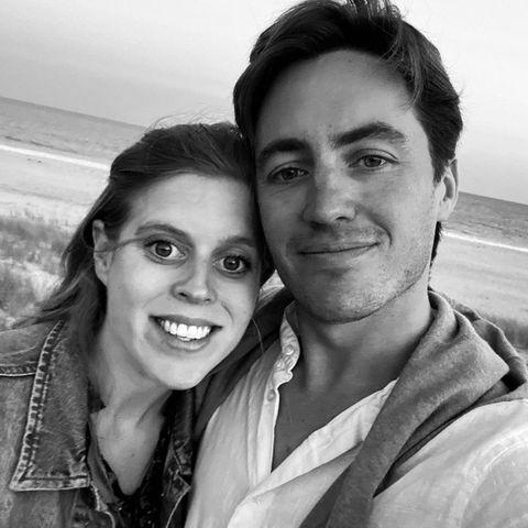 """8. August 2021  """"Ich liebe dich von ganzem Herzen"""": Zum 33. Geburtstag von Prinzessin Beatrice gratuliert Eodardo Mapelli seiner Frau mit liebevollen Worten und einem süßen Schwarz-Weiß-Selfie, das das Paar in sommerlicher Atmosphäre am Strand zeigt. Wir schließen uns den Glückwünschen an!"""