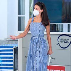 Königin Letizia beherrscht perfekt den Spagat zwischen elegant und lässig. Zu einem Termin auf Mallorca wählt sie ein blau-weiß gestreiftes Midikleid vonMaria de la Orden Studio (ca. 150 Euro) und trägt dazu sandfarbene Espadrilles vonEspardenyes Torres.