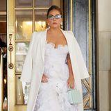 Selbst einen Brautlook ganz in Weißkann Lady Gaga entspannt tragen. Das Kleid von Giambattista Valli kombiniert sie mit einem eleganten Mantel von Fendi, mintfarbener Bag von Mark Cross und Satin-Heels von Jimmy Choo.