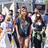 Auch der Punk-Stylesteckt tief in Lady Gaga, hier mit verwaschenem Fan-Shirt, zerrissener Netzstrumpfhose und Killer-Plateau-Boots in Lila besucht sie die Jubiläumsfeier eines Clubs in Hollywood.