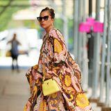 Im sommerlichen Maxi-Maxi-Kleid im Retro-Style schwebt Lady Gaga förmlich über den heißen Asphalt New Yorks.
