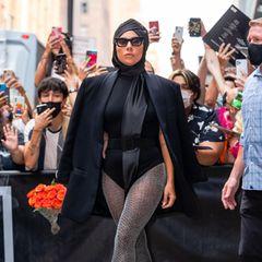 Unverkennbar Lady Gaga: Kopftuch, Blazer, Body, Strumpfhose und dazu halsbrecherisch Hohe High-Heel-Boots macht die Stil-Ikone zu ihrem ganz eigenen Look.