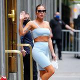 Sport wird Lady Gaga in hellblauen Radler-Hosen-Look sicherlich nicht treiben, auffallen tut sie damit natürlich trotzdem.
