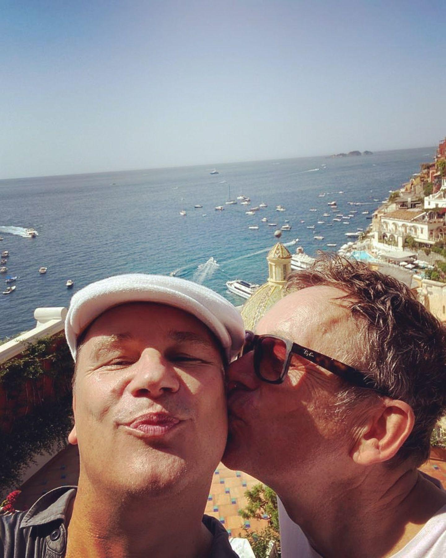 Ein Bacio, ein Küsschen aus Bella Italia schickt uns Guido Maria Kretschmer, und der bekommt zeitgleich eines von seinem Mann Frank Mutters vor traumhafter Kulisse am Meer auf die Wange gedrückt. Wir wünschen ganz viel Spaß und gute Erholung!