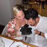 Den Genuss Italiens saugen Katy Perry und Orlando Bloom in ihrem Urlaub förmlich auf. In einem Restaurant auf Capri lassen sie sich vor einem Berg Trüffeln fotografieren. Übrigens ist das hier kein romantisches Dinner-Date in einer Trattoria: Das Paar isst dort gemeinsam mit Stars wir Irina Shayk, Riccardo Tisci und Edward Enninful.