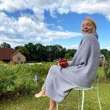 Wie idyllisch! Ihr erstes Heißgetränk am Morgen gönnt sich Janin Ullmann barfuß mit kühlem Gras unter ihren Füßen. Eingemummelt in eine Decke sitzt sie im Garten und genießt den noch frühen Sommertag in ihrer Heimat Thüringen.