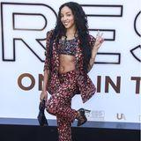 """Cool kid Tinashe liebt es ungewöhnlich! Zur Filmpremiere von """"Respect"""" wählt sie einen Zweiteiler mit Flammen-Print, darunter trägt sie ein Bustier in ähnlichem Muster. Die spitzen Heels verleihen dem Look eine Prise Eleganz, brechen den rockigen Touch, und machen ihn so Red-Carpet-tauglich."""