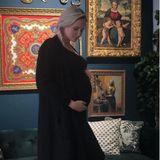 Sarah Knappik streichelt ihren Babybauch.