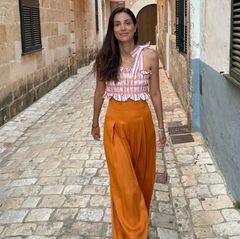 Im Urlaub auf der spanischen Insel Menorca zeigt Alessandra von Hannover einmal mehr ihren ausgeprägten Sinn für Mode. Die Sommerlooks, die sie regelmäßig mit ihren Follower:innen teilt, zeugen von ihrer Stilsicherheit. Lässig, aber stets elegant – so lässt sich Alessandras Stil beschreiben. Eine orangefarbene Hose mag auf den ersten Blick nicht unbedingt dazu passen, doch die Fashionista rockt auch die absurdeste Farbe.