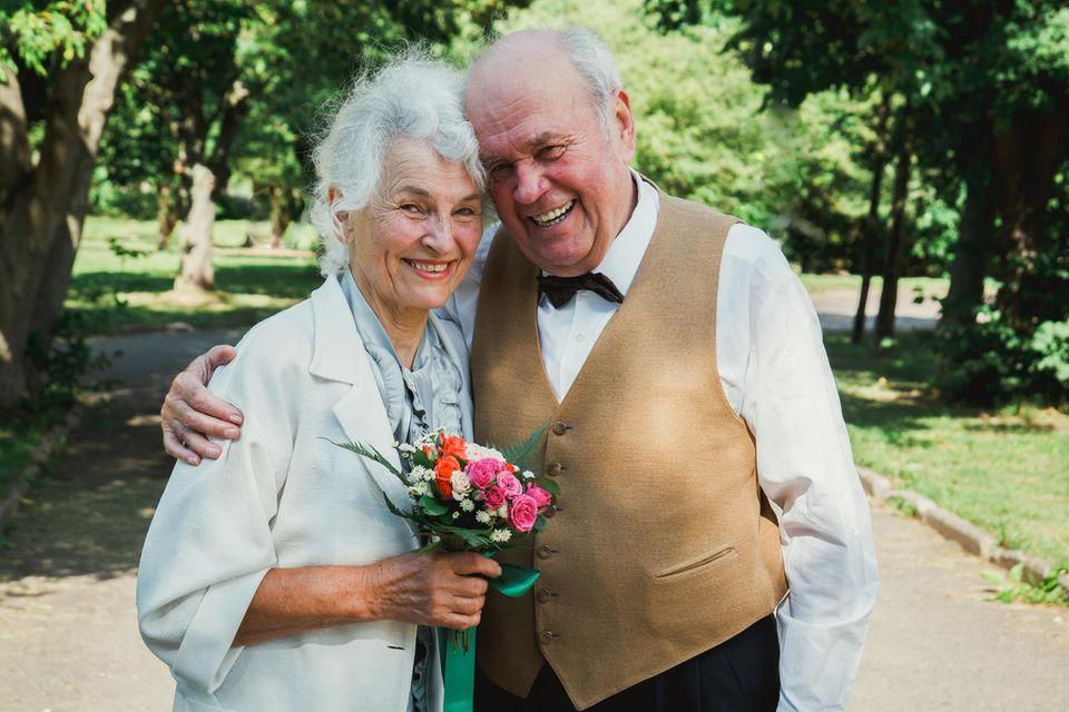 Altes Ehepaar mit Blumenstrauß, älteres Paar, Mann und Frau