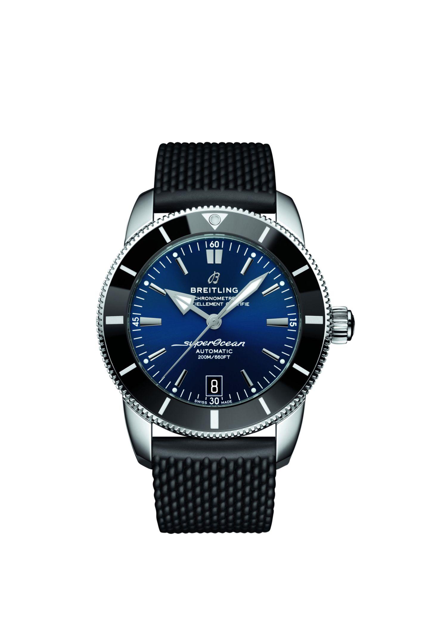 """Auf Sylt ticken die Uhren exklusiv: Das Herz wahrer Liebhaber der Kultinsel Sylt dürfte beim Anblick der """"Superocean Heritage B20 Automatic 42"""" von Breitling schneller schlagen. Für gewöhnlich schmückt die ikonische Taucheruhr """"Superocean Heritage"""" dieHandgelenke von Tauchern und Fans sportlicher Uhren. Die nummerierte, exklusive Sylt-Edition kommt mit einem dunkelblau-weißen Zifferblatt maritim daher. Besonderes Highlight:Die unverwechselbare Silhouette von Sylt ist auf dem Gehäuseboden graviert. Exklusiv erhältlichbei Juwelier Spliedt in Kampen. Ca. 4.550 Euro."""