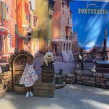 """Mit strahlenden Augen steht Bianka Bryant vor dem Nachbau einer Kulisse aus Disneys Film """"Luca"""". Die Vierjährige ist gemeinsam mit ihrer Familie um Mama Vanessa Bryant in einem Freizeitpark unterwegs und träumt sich in die verschiedenen Filmwelten ein – ein Traum für jedes Kind!"""