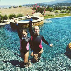 Pink und Tochter Willow im Pool