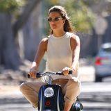 Gesichtet: Alessandra Ambrosio auf Mini Scooter