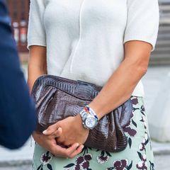 """Die Mama von Prinzessin Leonore, Prinz Nicolas und Prinzessin Adrienne trägt niedliche Armbänder mit Buchstaben-Würfeln zu ihrer auffälligen Uhr. """"I [Herz] U"""" und """"cool"""" sind zu erkennen."""
