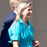 Königin Máxima ist bei der Begrüßung derniederländischen Medaillengewinner der Olympischen Spiele bestens gelaunt und kaschiert mit ihrem breiten Lächelnsogar einkleines Fashion-Problem ...